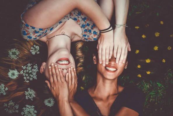 Soul Circle Women Circle in Hamburg zwei Frauen lachend nebeneinander